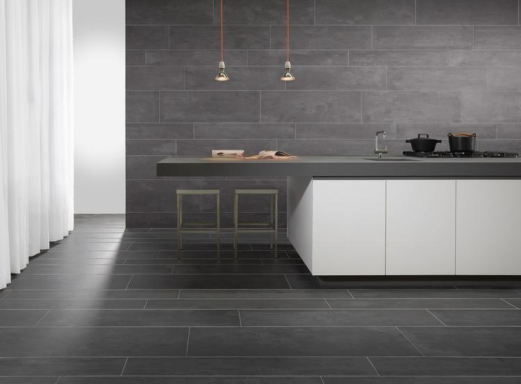 Mooie Keuken Tegels : Keuken met grote tegels op vloer en wand. door de tegels in je