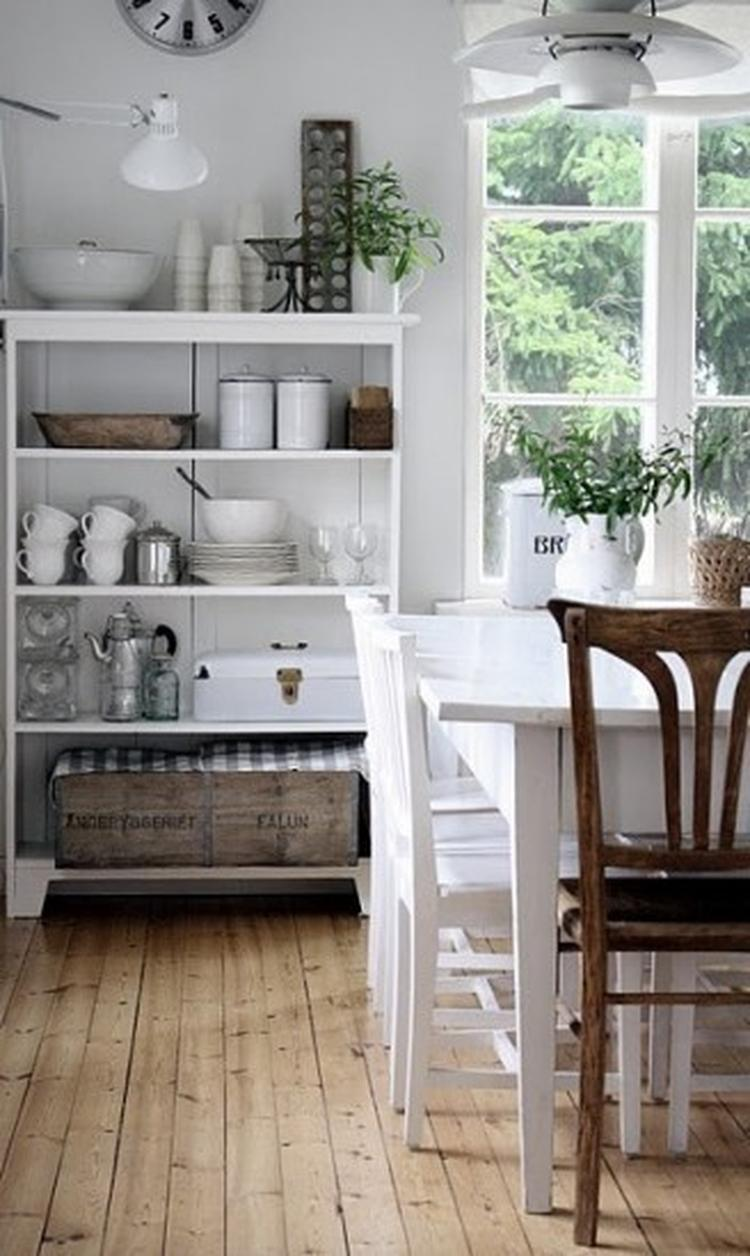 Houten Tafel Met Witte Stoelen.Leuke Open Brocante Boekenkast In De Keuken Met Servies De Witte