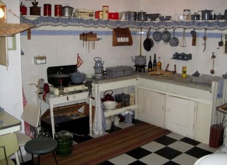 Oude keuken met allegaartje van kastjes en emaille.. foto geplaatst