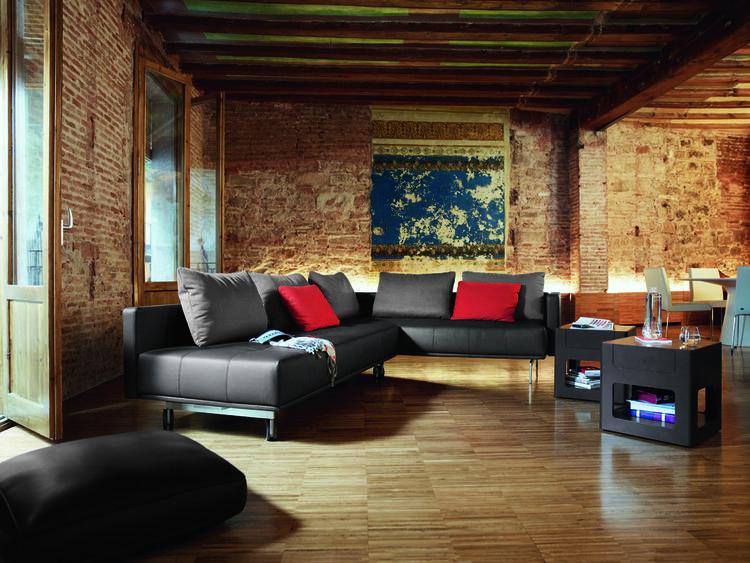 Warme woonkamer met moderne leren bank. De ranke pootjes onder deze ...