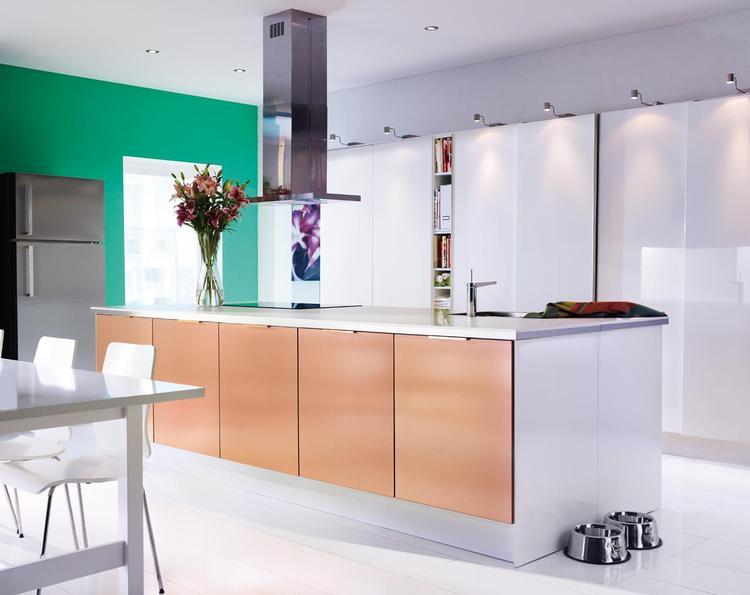 Moderne keuken met veel opbergruimte. Aan bergruimte is in deze ...