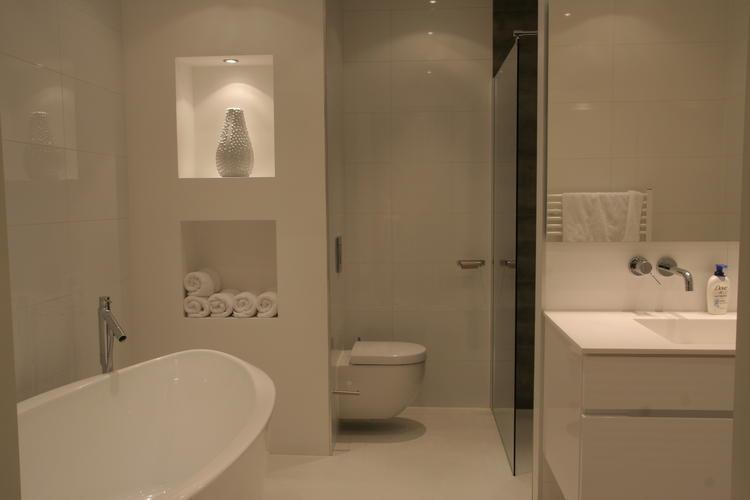 Badkamer met gietvloer en een muur met nis. Foto geplaatst door ...
