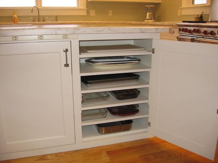 Keuken Diy Opbergen : Veel lage planken voor het opbergen van o a dienbladen en