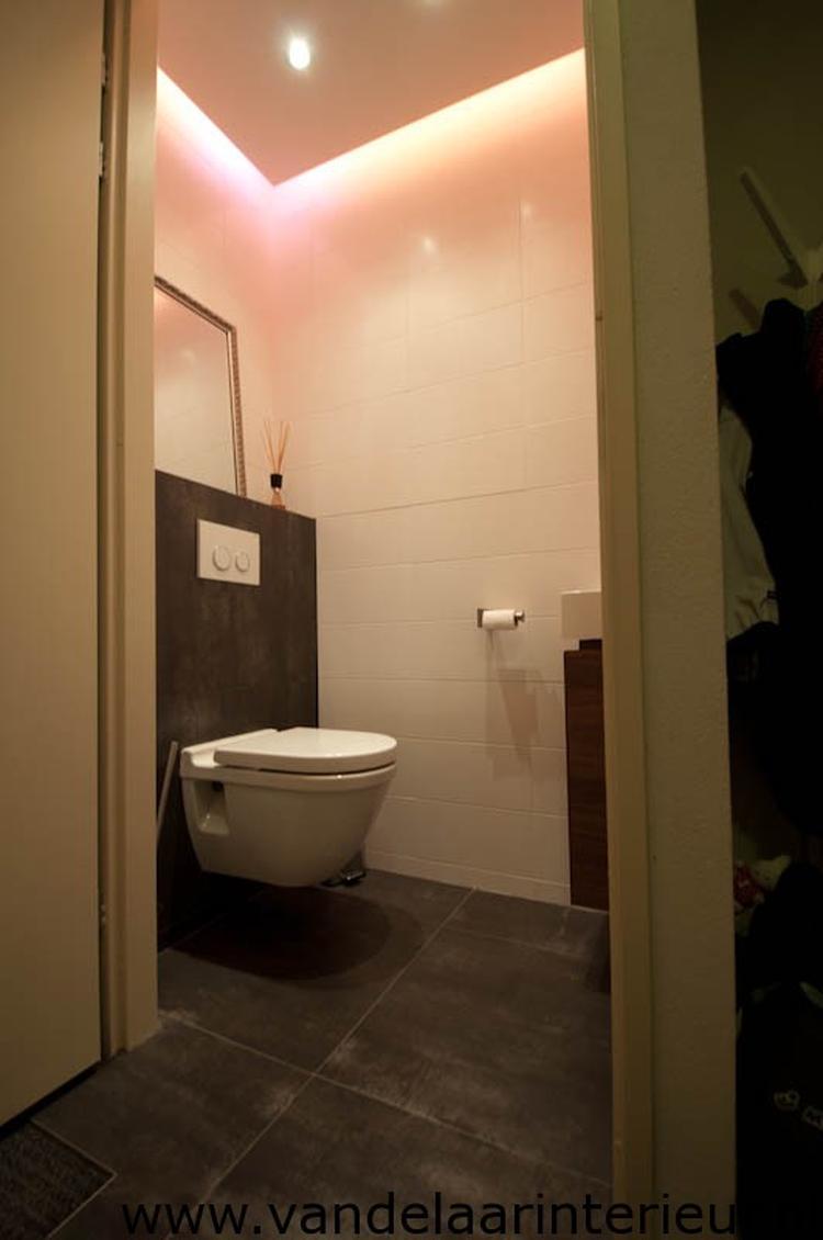 verlaagd plafond met spotjes en indirecte led verlichting. Foto ...