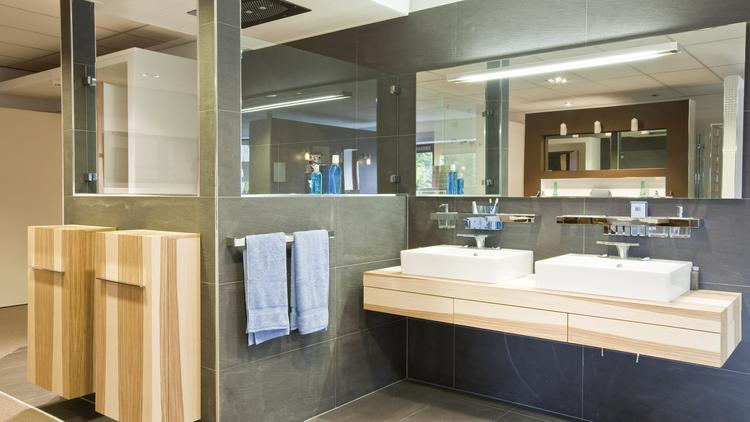 Badkamer met Essen meubelen. Natuurlijke materialen zoals hout zie ...