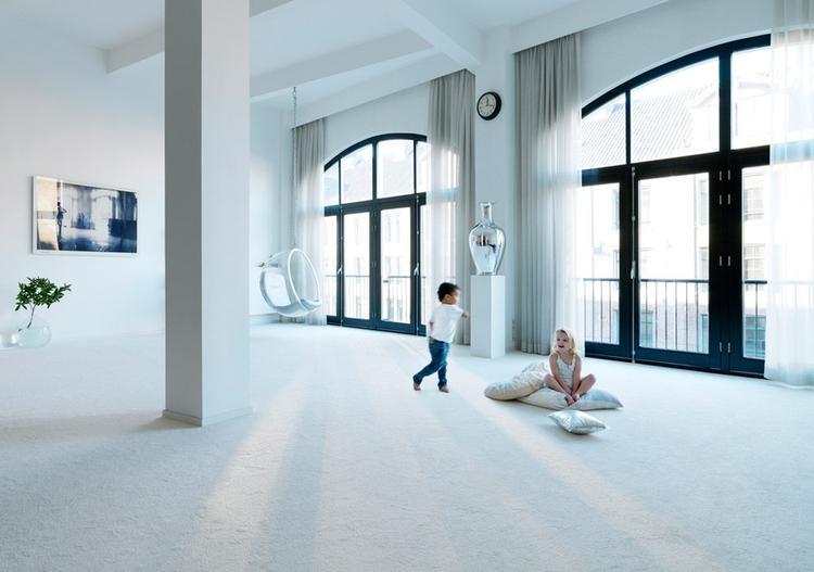 Woonkamer Lichte Kleuren : Door heel de woonkamer karpet. heel gedurfd in deze lichte kleur