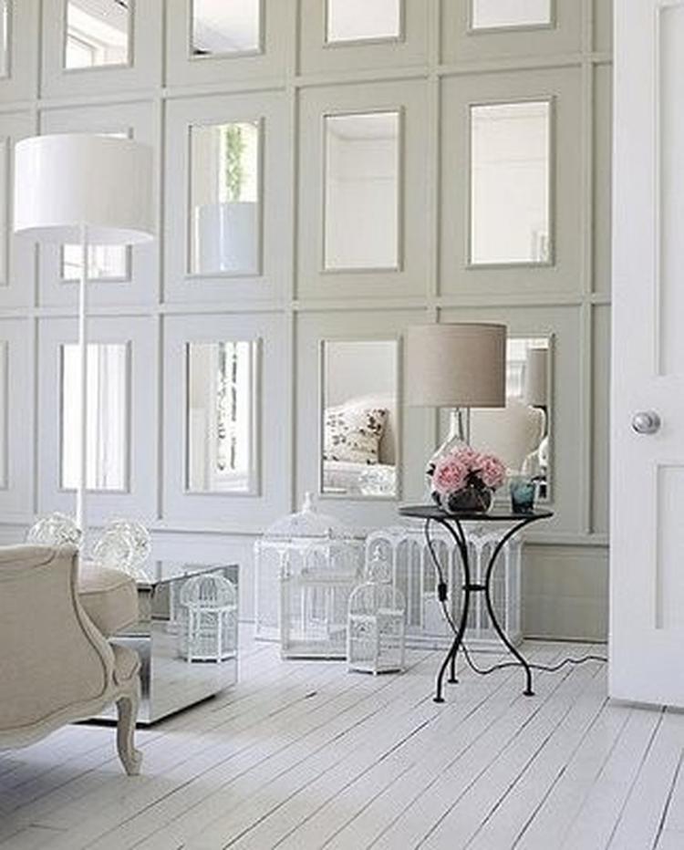 Leuk idee om met spiegels te spelen als achterwand in de woonkamer ...