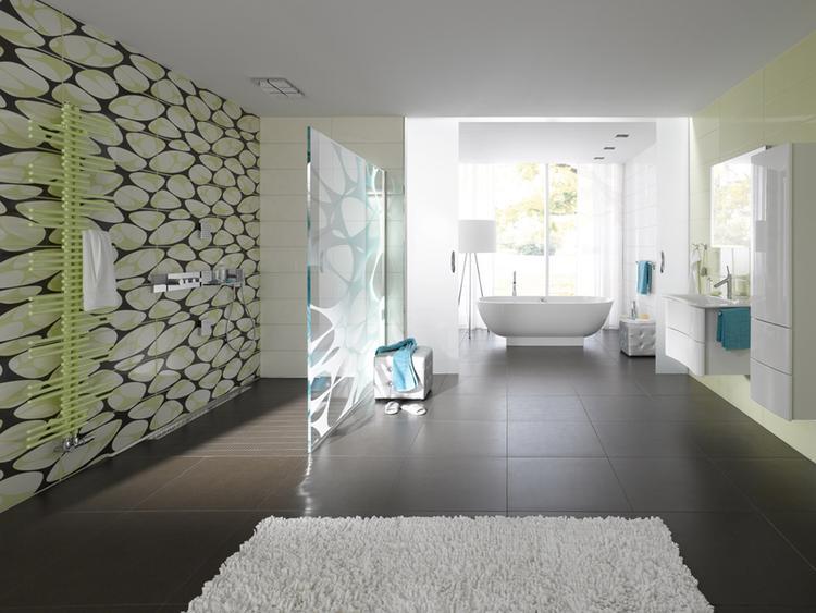 Badkamer met inloopdouche en losstaand bad. Deze moderne en ruime ...