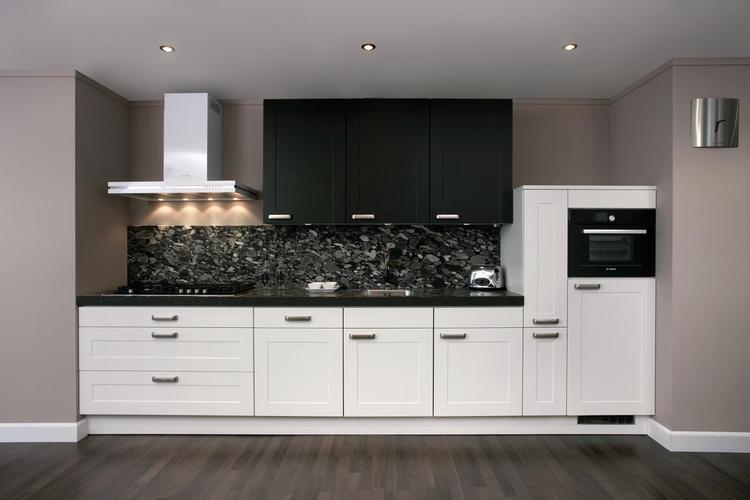 Moderne zwart-witte keuken. Voor wie liever geen bovenkastjes ...