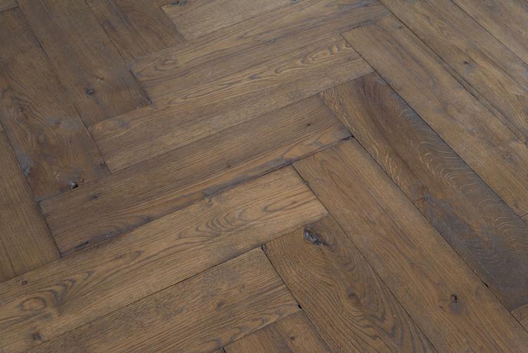 Moderne Visgraat Vloer : Deze brede visgraat vloer past in ieder interieur landelijk of