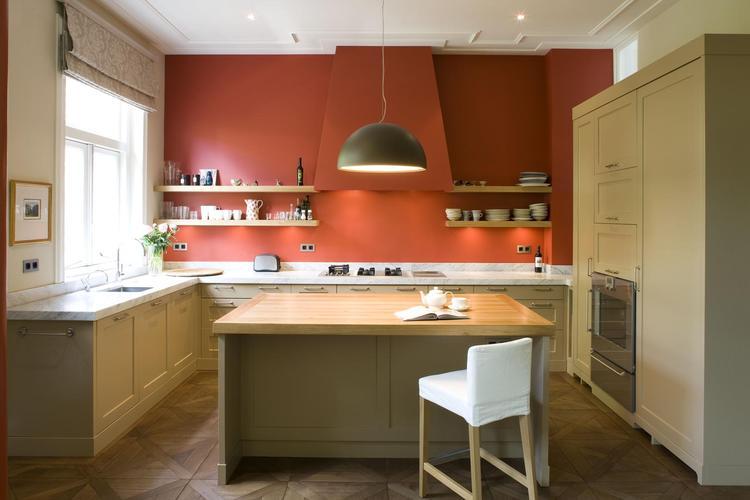 Landelijke keuken met oranje schouw. Wat een warmte straalt deze ...