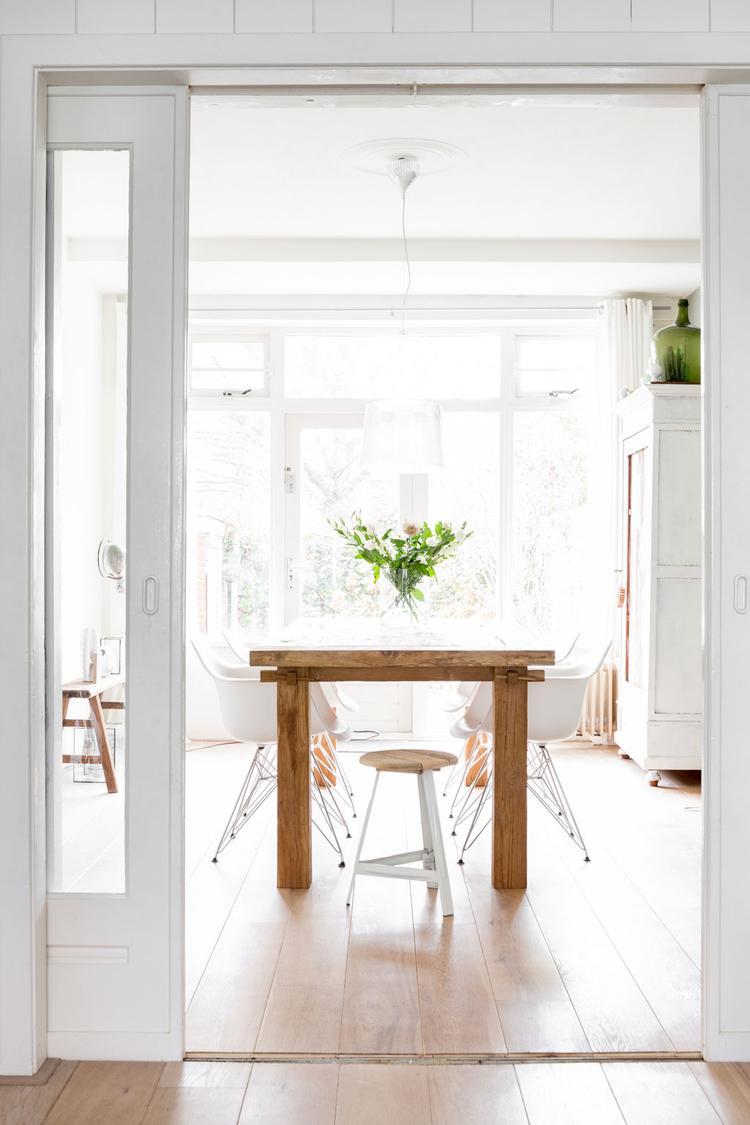 Houten Witte Eetkamerstoelen.Leuke Eettafel Houten Tafel Witte Stoelen Kuipjes Foto Geplaatst