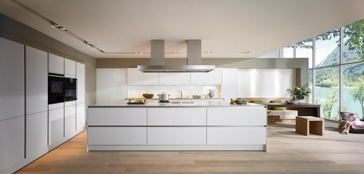 Bedwelming Strenge moderne keuken met groot kookeiland. De strenge symmetrie &JN46