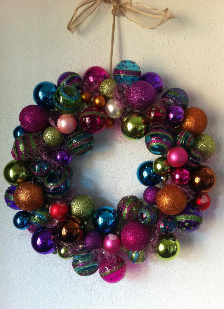 https://cdn4.welke.nl/cache/crop/750/auto/photo/21/84/37/Bonte-kerstkrans-van-gekleurde-kerstballen.1411240296-van-Massie81.jpeg