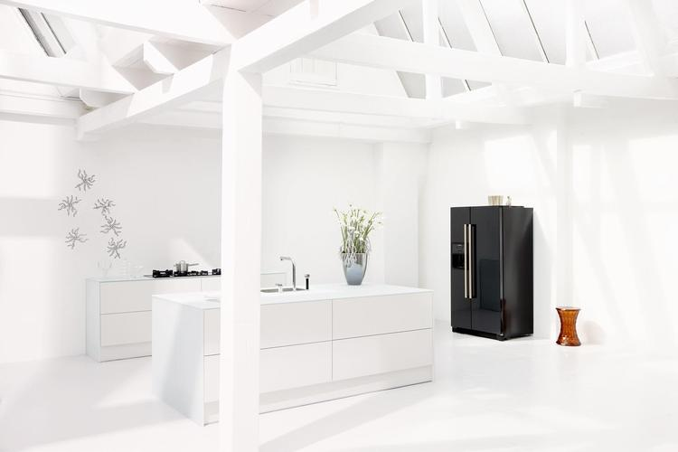 Greeploze witte keuken met een snufje zwart. wit is alles behalve ...