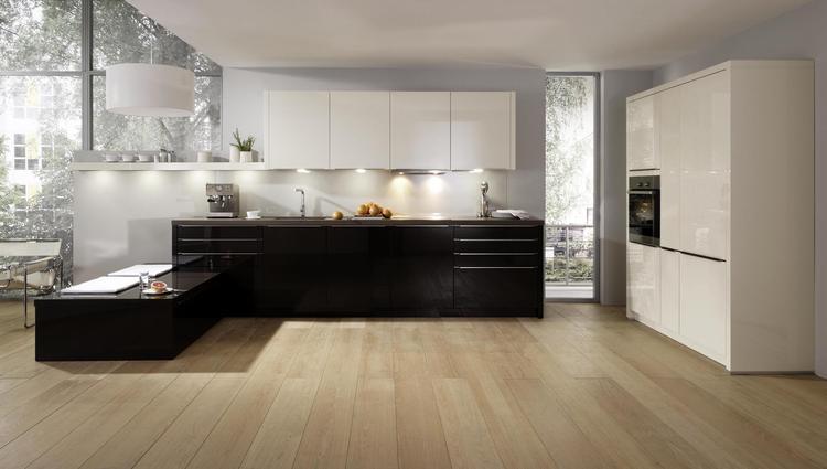 Ruim opgezette keuken met laag schiereiland. in deze ruim open ...