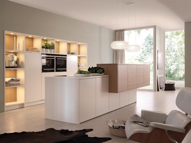Keuken met ruim eiland en inbouwkast. door de opstelling van deze ...