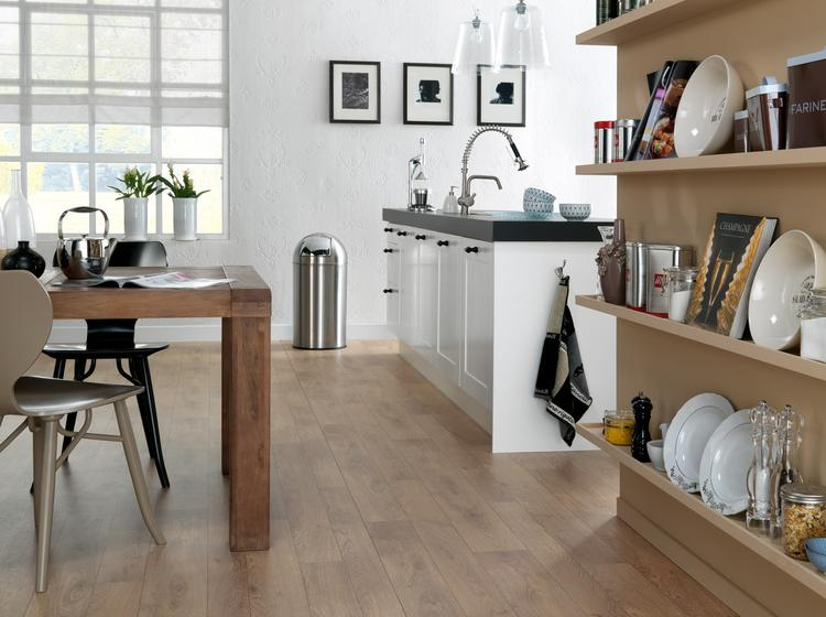 Landelijke keuken met verrassende linoleum vloer. deze gezellige