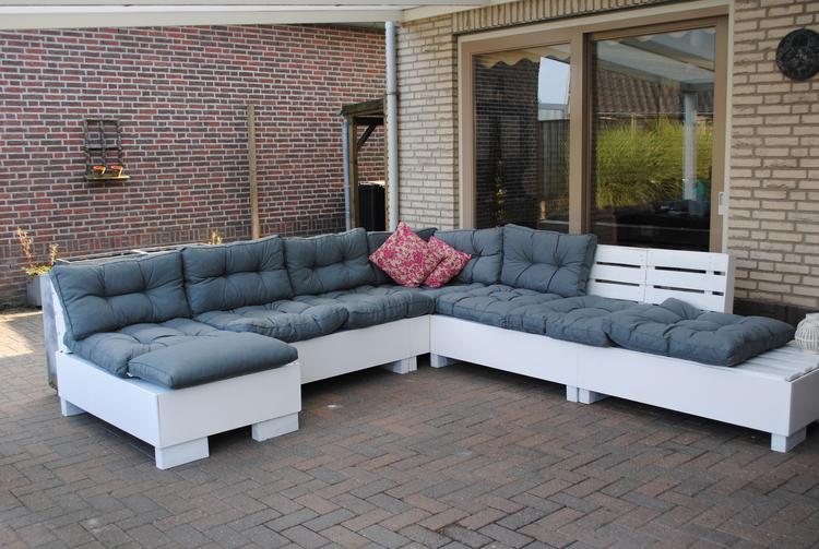 Nieuw zelf gemaakte loungebank, super blij mee. gemaakt van pallets en PF-37