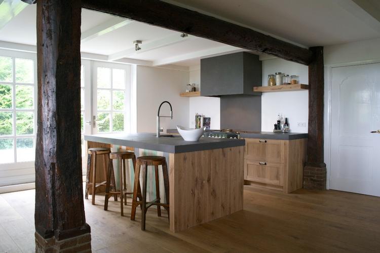 Eikenhouten keuken op maat met als eye catcher het eiland met ...