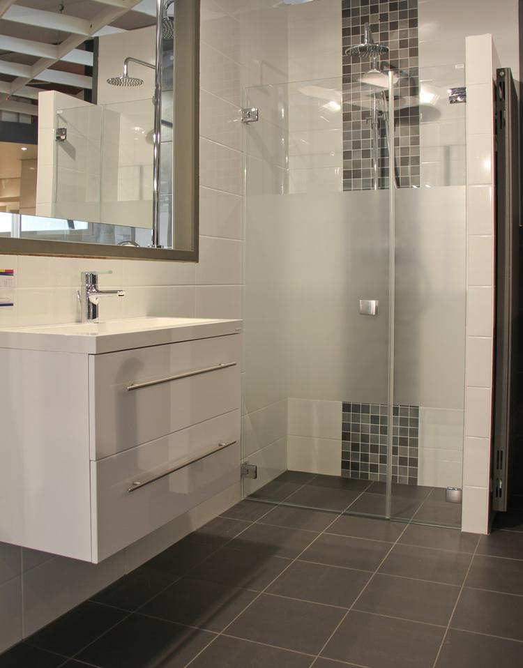 Moderne badkamer met inloopdouche. Deze compacte badkamer laat ...
