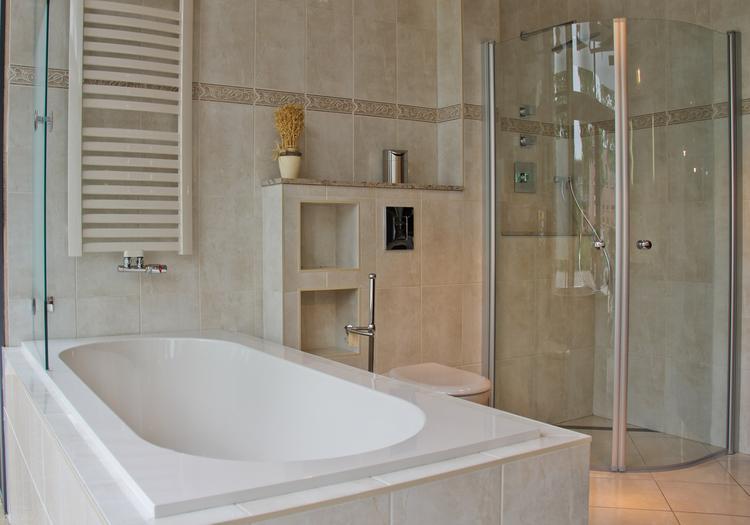 Inloopdouche Met Ligbad : Klassieke badkamer met ligbad en douche. deze uitnodigende badkamer