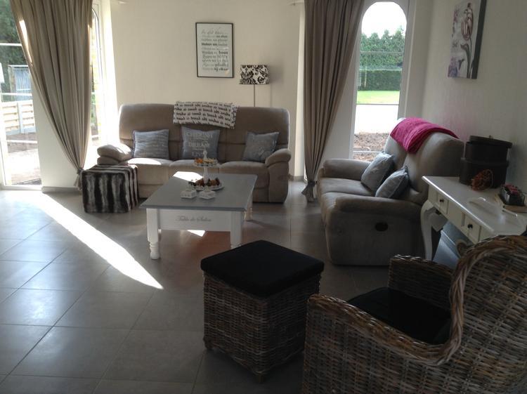 gezellige woonkamer met tinten grijs en wit en zelfs bruin . foto, Deco ideeën