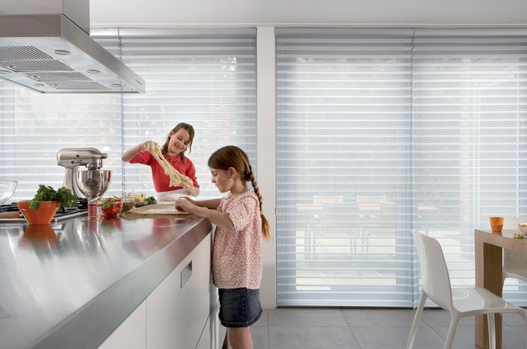 Daglicht Je Keuken : Luxaflex® silhouette gordijnen in de keuken heerlijk zicht naar