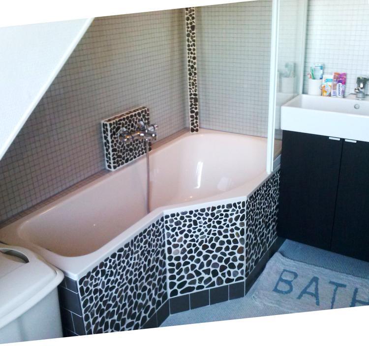 https://cdn1.welke.nl/cache/crop/750/auto/photo/22/63/33/Het-bas-in-onnze-badkamer-zelf-met-mozaiek-afgewerkt-Platte-steentjes.1412423654-van-hivalo.jpeg