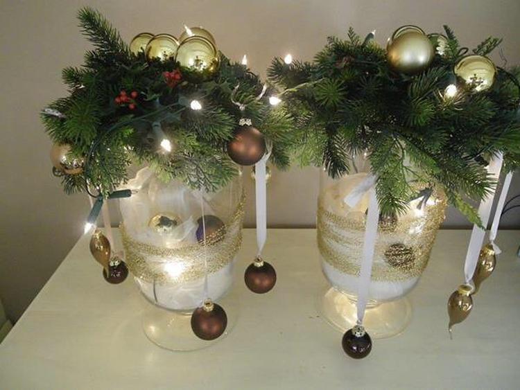 Kerst - 2 grote windlichten gevuld met voile en kerstballen en ...