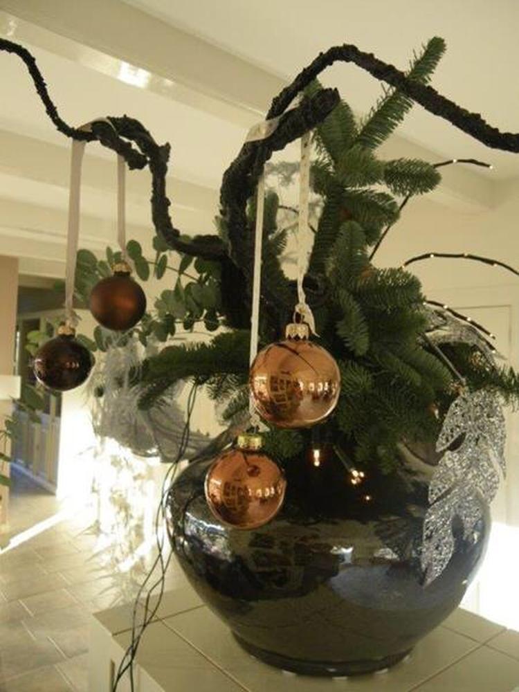 Kerst - Grote vaas opgemaakt met dikke zwarte (kronkel) takken en ...