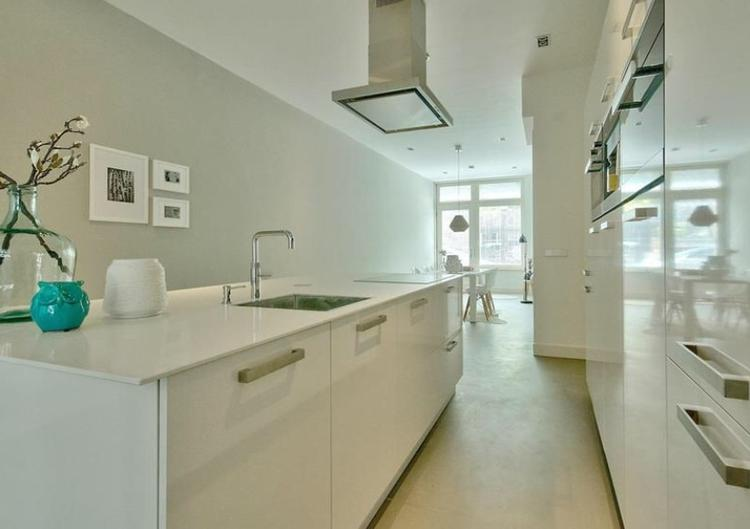 Witte moderne keuken met super veel opbergruimte en groot aanrecht ...