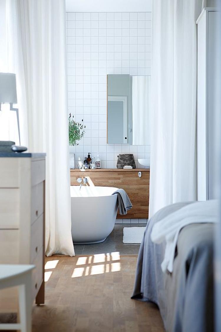 Slaapkamer met natuurlijke materialen en neutrale kleuren in ...