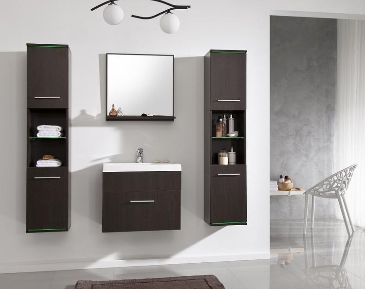 Modern badkamermeubel voorzien van spiegel twee hoge kolomkasten