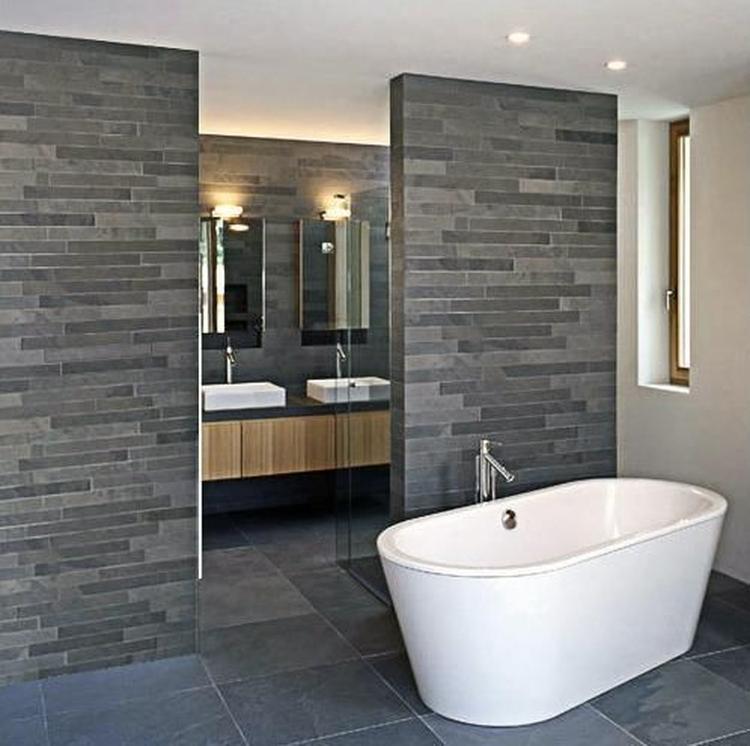 leisteen strips in badkamer met houten badmeubel. Foto geplaatst ...