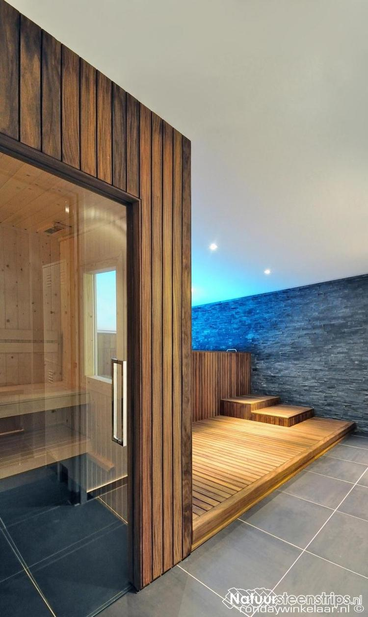 zwarte leisteen in badkamer met hout (sauna en badkamermeubel). Foto ...