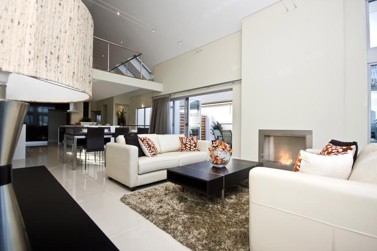 Zithoek in open woonkamer met open haard. De haard in deze moderne ...