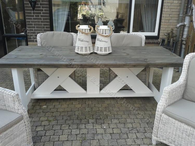 Interieur van moderne lichte keuken met witte houten meubels tafel
