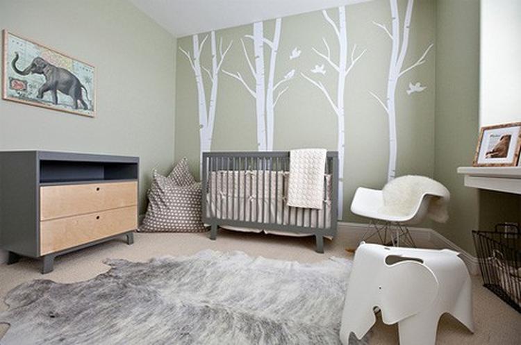 mooie babykamer met rustige kleuren en bomen behang. foto, Deco ideeën