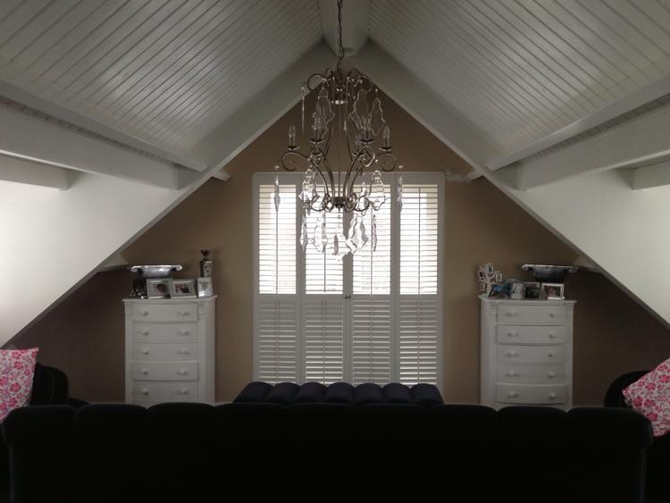 Landelijke Slaapkamer Met Shutters Op Maat Kast Met Tv Lift