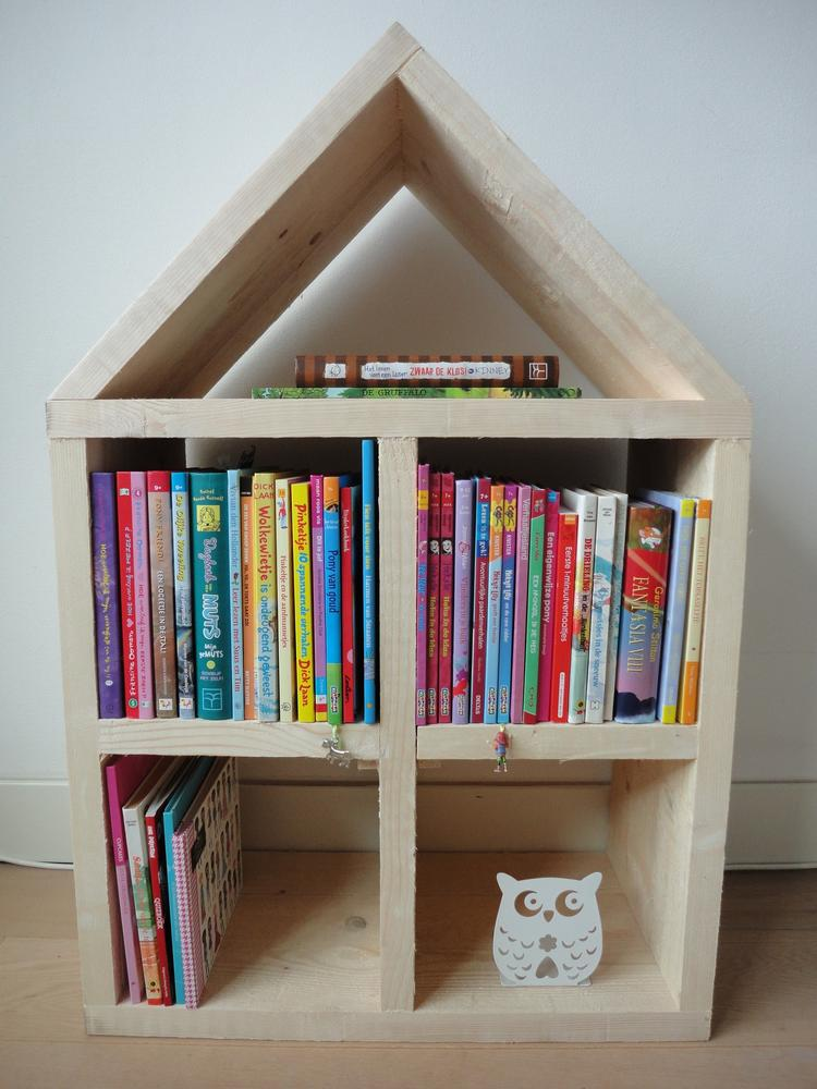 originele boekenkast gemaakt van steigerhout natuurlijk ook te gebruiken als poppenhuis