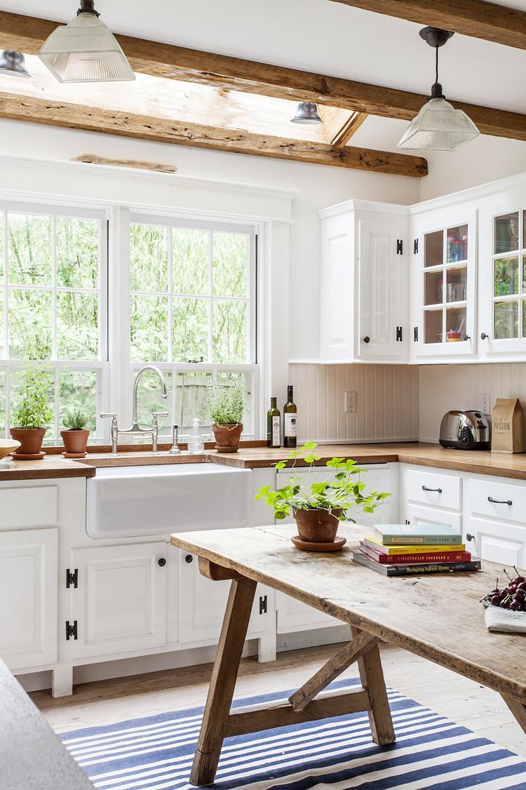 Bekend Witte keuken met houten werkblad. Mooie landelijke keuken.. Foto &YL18