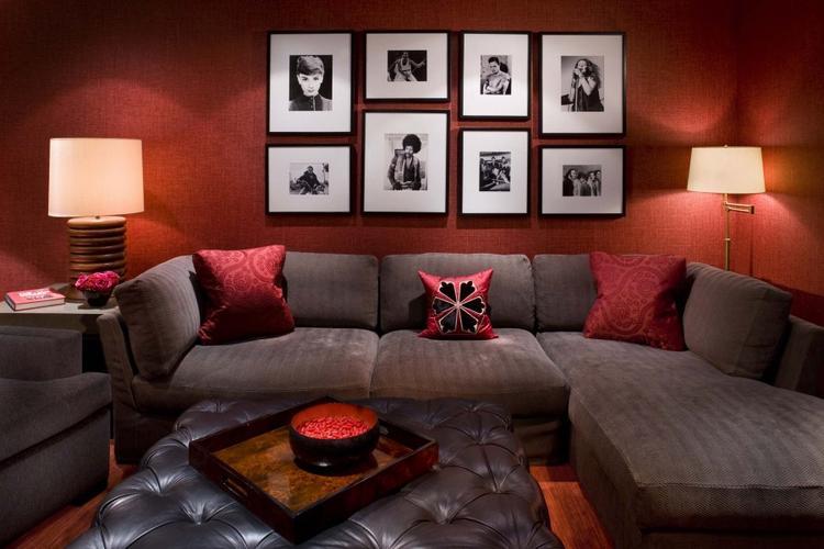 Woonkamer met rode muur in combinatie met donkere bank.. Foto ...