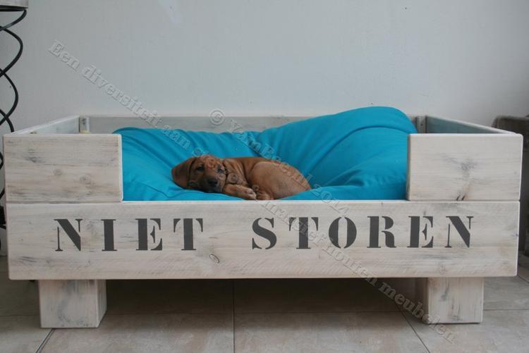 Iets Nieuws Elegante steigerhouten hondenmand met blokpoten en hoge zijwanden DH24