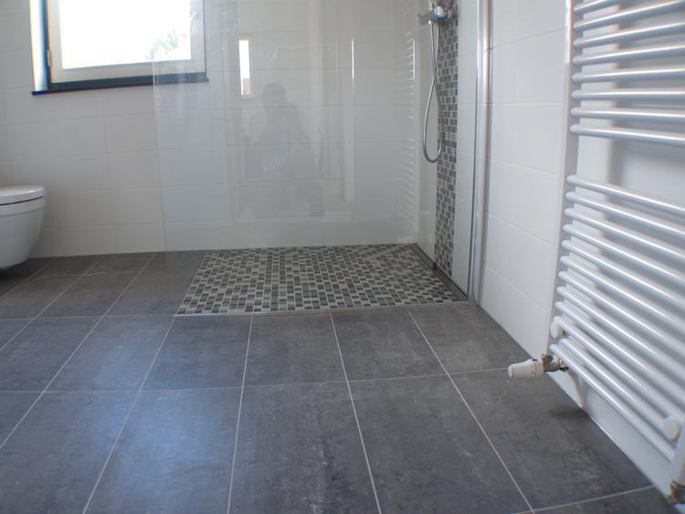 Kleine tegels in douche. Foto geplaatst door Desiree87 op Welke.nl