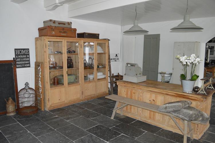 de woonkamer met oude winkelkast en toonbank!. Foto geplaatst door ...
