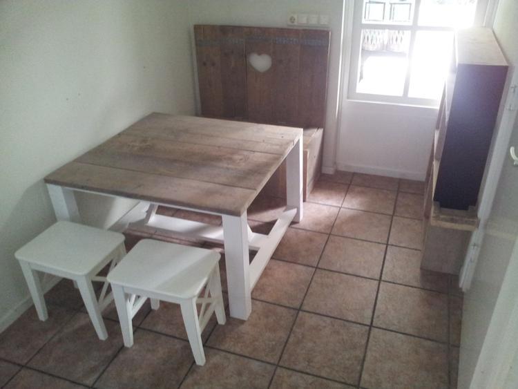 leuke hoek voor kinderen helemaal gemaakt van steigerhout met een klepbankje boekenkast en op