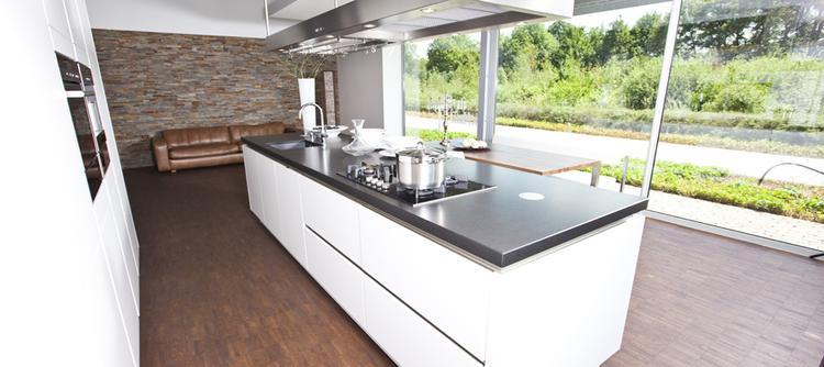 Witte keuken met grijs werkblad. foto geplaatst door juliokw op ...