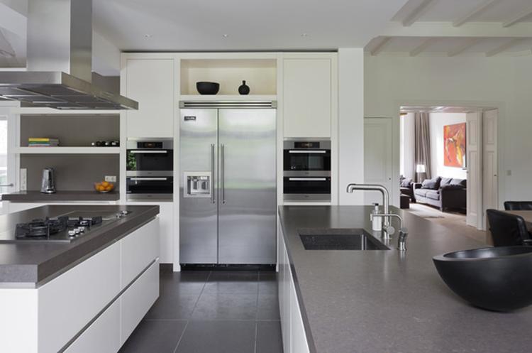 Witte greeploze keuken met grijs werkblad.. foto geplaatst door ...
