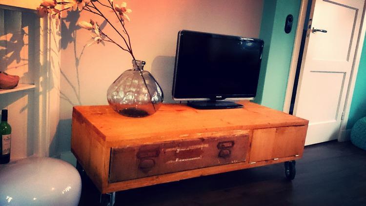 Een Lage Tv Kast Op Wielen Waarin Een Oude Lade Uit Een